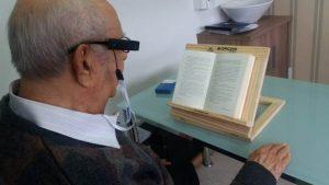 Deficientes visuais recebem dispositivo que auxilia a leitura