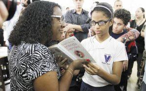 Bibliotecas municipais recebem óculos que transformam os textos em áudio