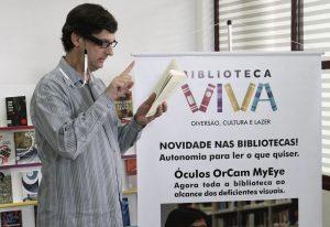 Óculos que transforma texto em áudio chega em bibliotecas de SP